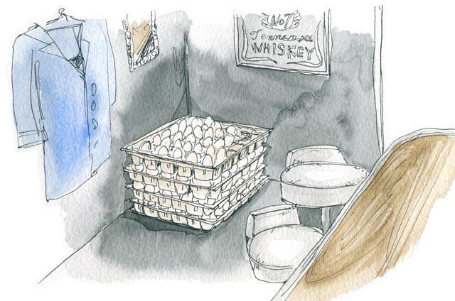 夜、バーの片隅に山積みされたたまご。