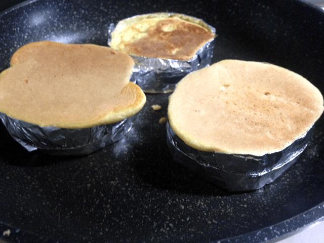 ホットケーキ アルミホイルの枠で焼く