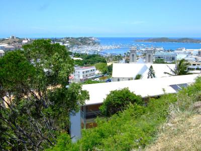 ヌメア市内。ユースホステルのある丘から海を見下ろす