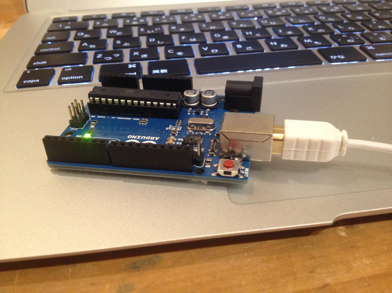 ArduinoとMacをUSBケーブルでつないでいるところ