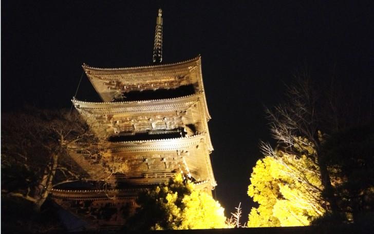 京都・夜の東寺の五重塔を見上げる。