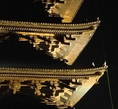 夜の東寺の五重塔の屋根。